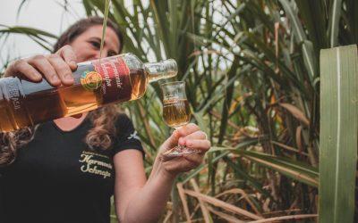 Mulheres e cachaça: como o público feminino está dominando o mercado da bebida no Brasil