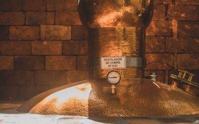 O que é a destilação da cachaça artesanal e por que ela é essencial para o processo?